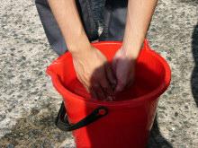 指についているゴミやホコリを洗います